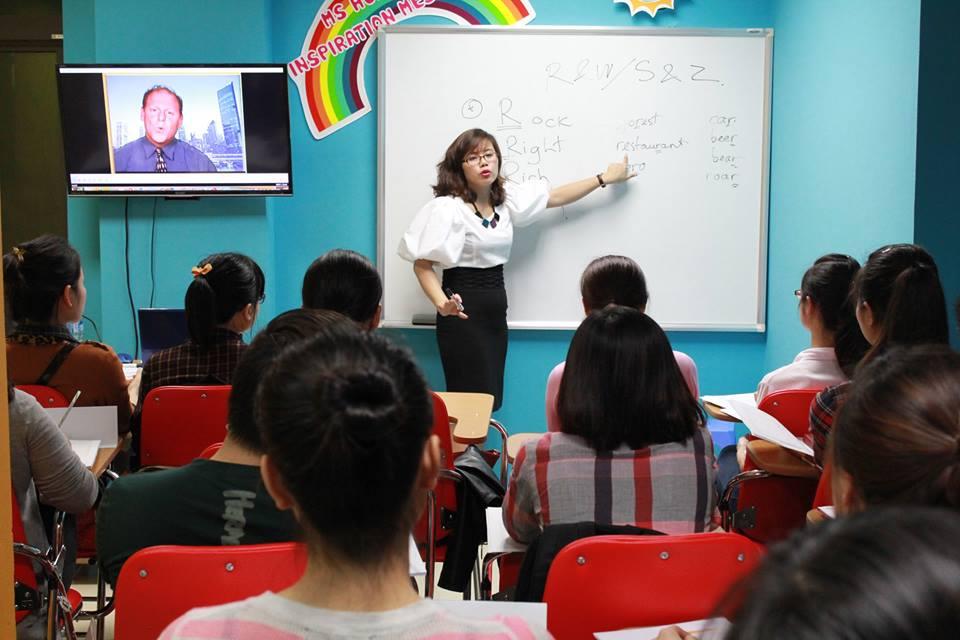 Ms Hoagiảng dạy tạilớp Tiếng Anh giao tiếp công việc
